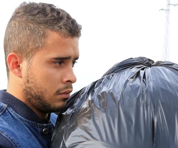 José Fernando con una bolsa de basura