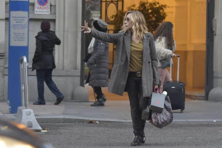 Marta Sánchez bajando de taxi