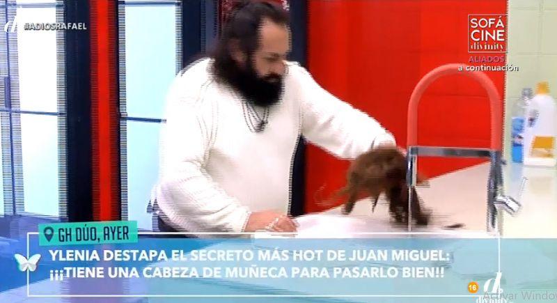 Juan Miguel lavando la muñeca supuesta