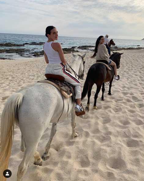 Selena Gómez montando a caballo.