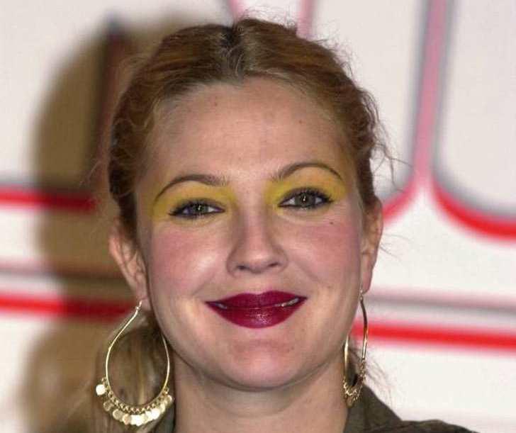 Drew Barrymore con exceso de maquillaje.