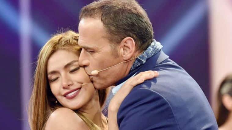 Carlos Lozano besando a Miriam Saavedra