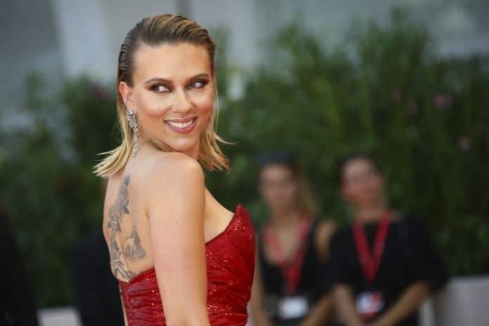 Scarlett Johansson en el festival de Venecia con su pelo wet look