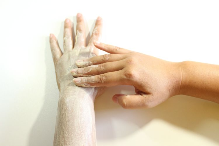 No olvides exfoliar tu piel cada semana para limpiar las células muertas