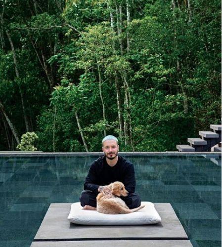 El cantante J Balvin acompañado de su perro en su mansión en Colombia.