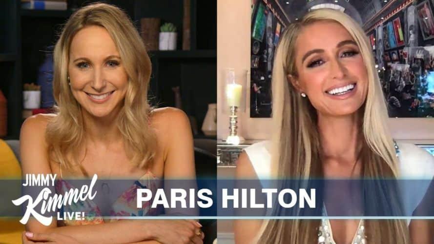 Paris Hilton durante una entrevista con Nikki Glaser