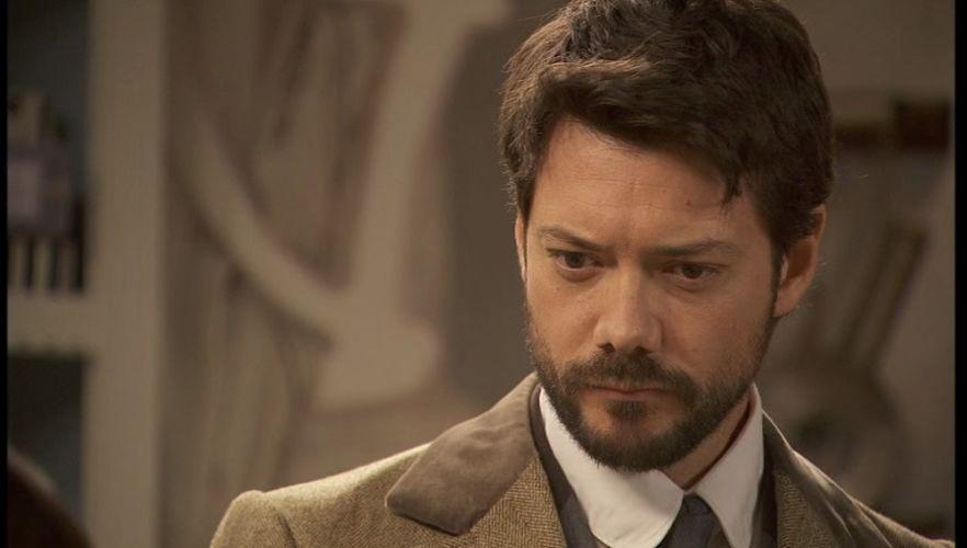 Álvaro Morte en su personaje en la serie El secreto de Puente Viejo