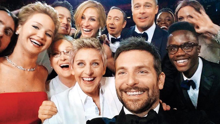 Ellen DeGeneres y la famosa selfie de los Oscar 2014 con radley Cooper, Meryl Streep, Julia Roberts, Kevin Spacey, Brad Pitt, Lupita Nyong'o y Jennifer Lawrence.