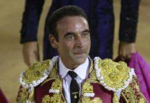 ¿Qué gesto habitual hace Enrique Ponce al entrar en la plaza de toros?