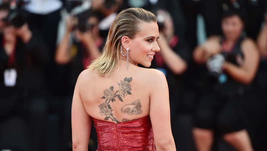 Scarlett Johansson, tatuaje de rosas y cordero en la espalda