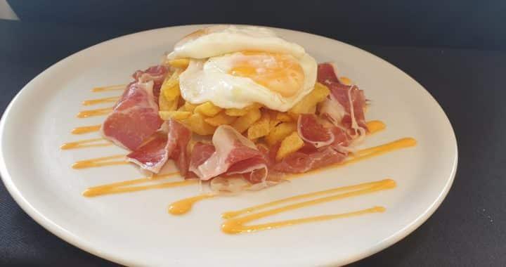 Cómo hacer unos deliciosos huevos con jamón ibérico para que no queden ni migajas