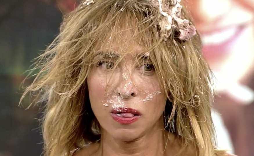 María Patiño con la cara manchada de tarta