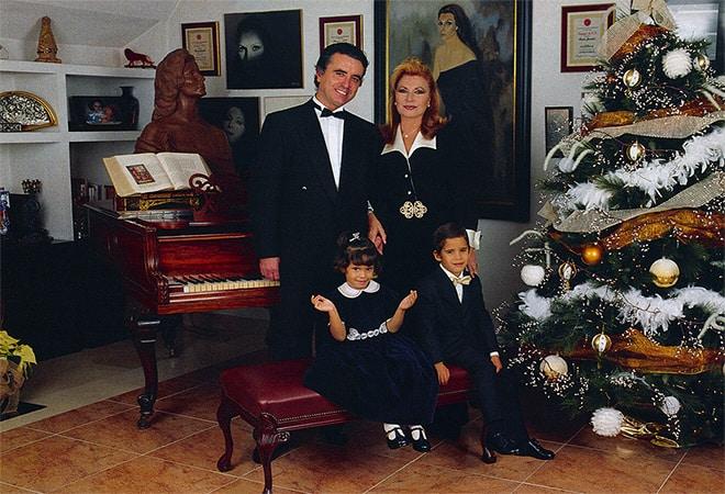 La familia Jurado frente a un árbol de Navidad