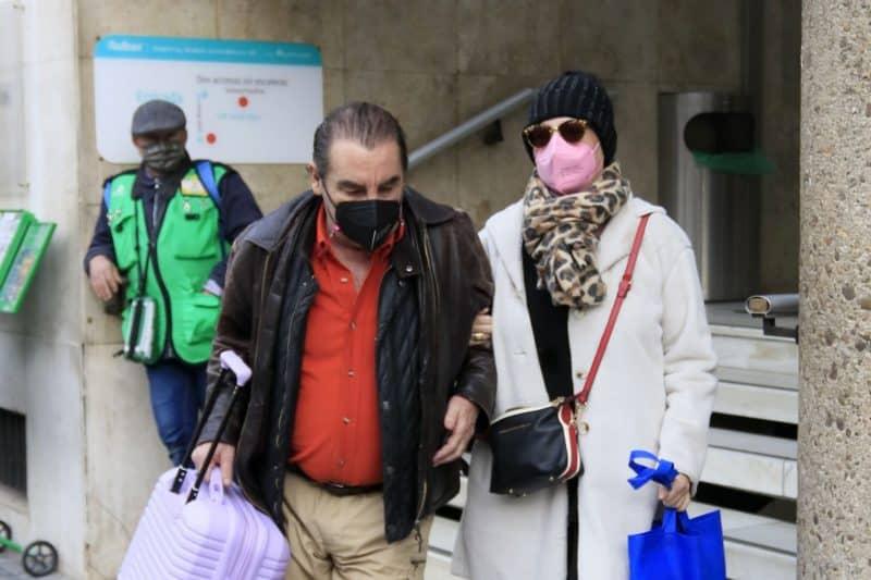 lydia lozano con charly sale del hospital dada de alta de su operación