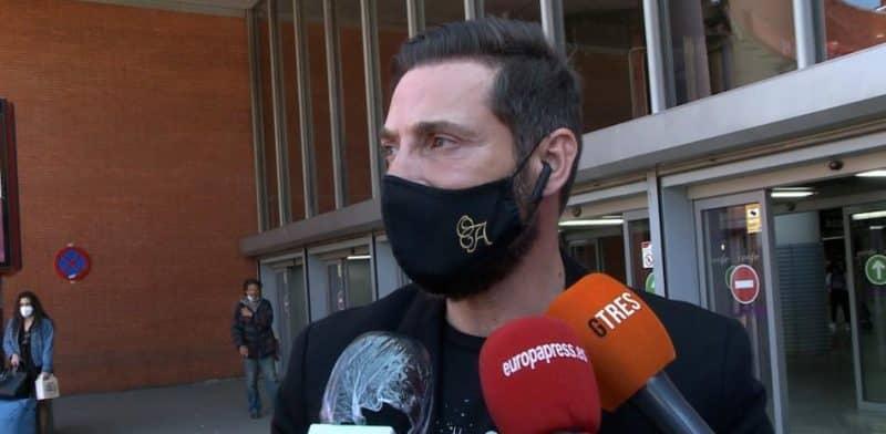 Antonio David hablando con la prensa en el AVE