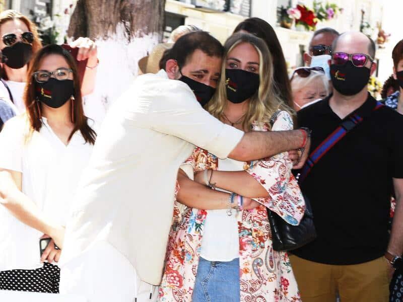 David Flores se abraza fuertemente a su hermana el día de Rocio Jurado envuelto en lloros el día de Rocío Jurado
