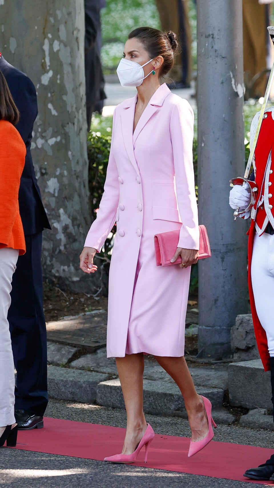 letizia vestido rosa esmoquin fuerzas armadas igual marca shein