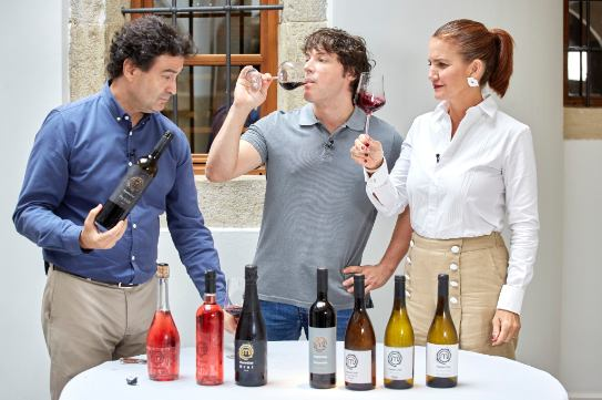 Los miembros del jurado de Masterchef anunciando vino